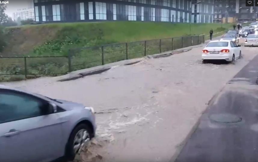 """Петербург затопило: в метро, в магазинах и на улице - настоящий потоп. Фото https://vk.com/spb_today, """"Metro"""""""