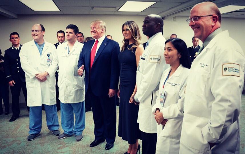 """Дональд и Мелания Трамп побывали в Эль-Пасо. Фото https://twitter.com/FLOTUS/status/1159511786695069697, """"Metro"""""""