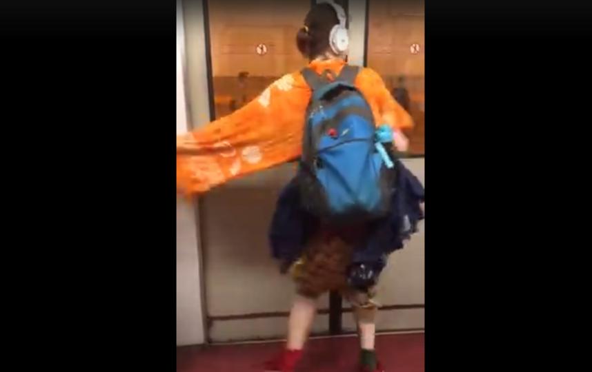 Девушка устроила энергичные танцы в метро Петербурга. Фото ДТП и ЧП | Санкт-Петербург | Неизданное, vk.com