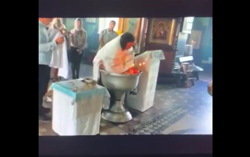 """Кадры видео грубого крещения годовалого малыша в Гатчине. Фото Все - скриншот YouTube, """"Metro"""""""
