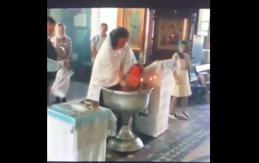 """В гатчине годовалый ребенок прошел через очень жестокий обряд крещения. Фото Все - скриншот YouTube, """"Metro"""""""