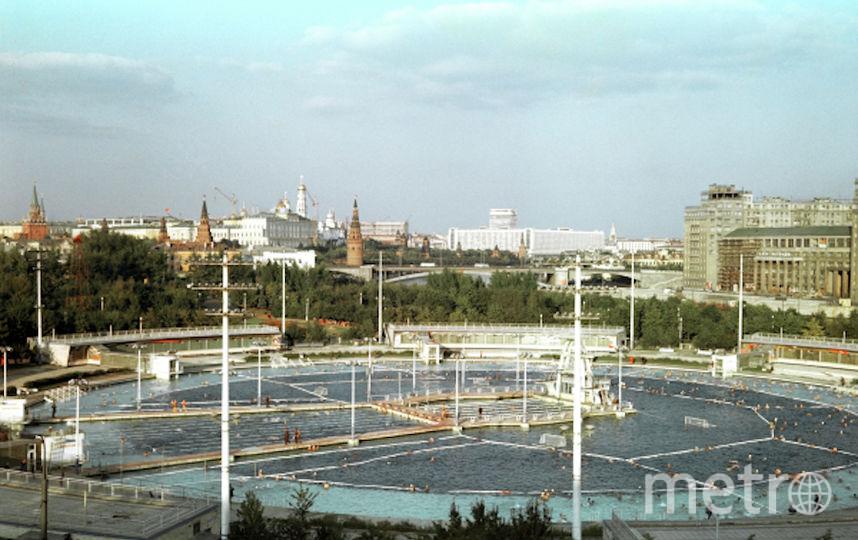 """Вид на бассейн """"Москва"""" под открытым небом, существовавший c 1960 по 1994 в центре Москвы. Фото РИА Новости"""