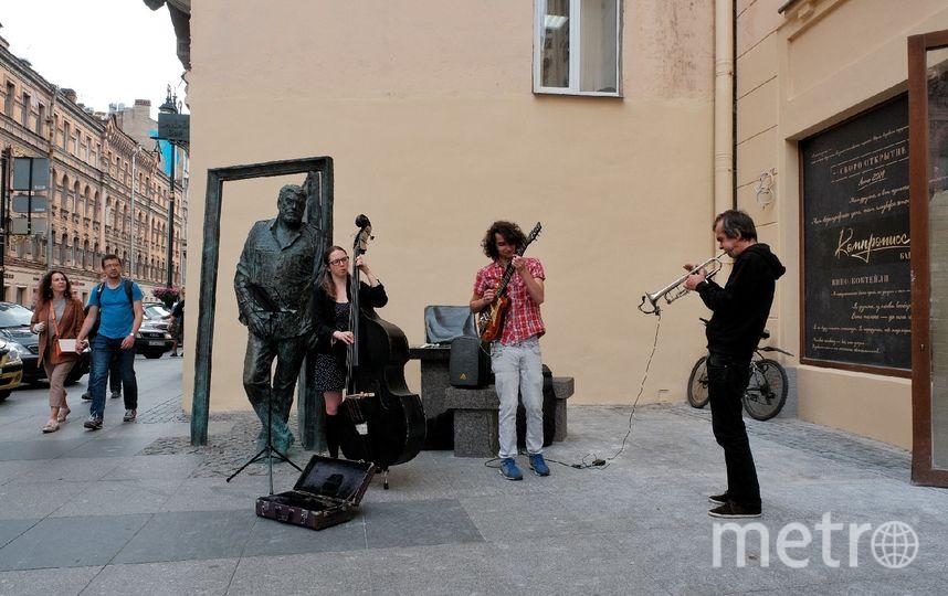 """Музыканты часто выступают возле памятника на улице Рубинштейна. «Мы играем джаз специально для Довлатова и для тех, кому дорого творчество писателя», – говорит музыкант Дарья (на фото с контрабасом). Фото Алена Бобрович, """"Metro"""""""
