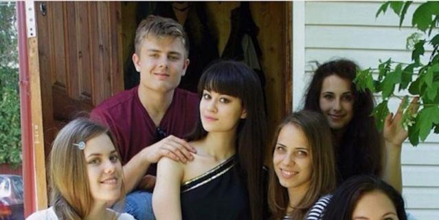 Алина (27 лет) и Митчелл (25 лет). Алина сидит по центру в чёрном платье. Митчелл держит её за плечо.