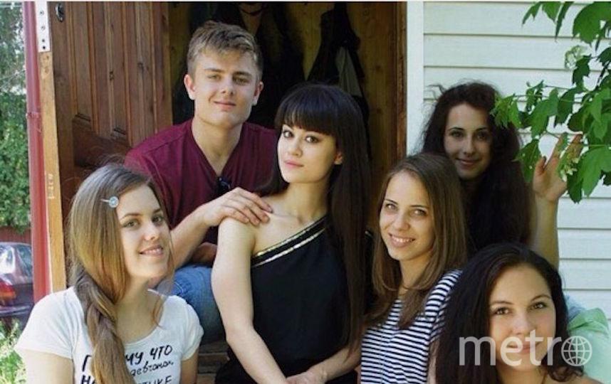 """Алина (27 лет) и Митчелл (25 лет). Алина сидит по центру в чёрном платье. Митчелл держит её за плечо. Фото предоставлено героями материала, """"Metro"""""""