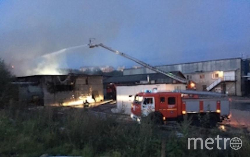 Площадь пожара составляет 400 кв.м. Фото https://moscow.mchs.ru