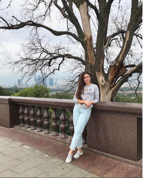 """Туристы часто делали фото на фоне дерева из """"Бригады"""". Этот кадр сделан в июле 2019 года. Фото скриншот instagram.com/sashafaber/"""