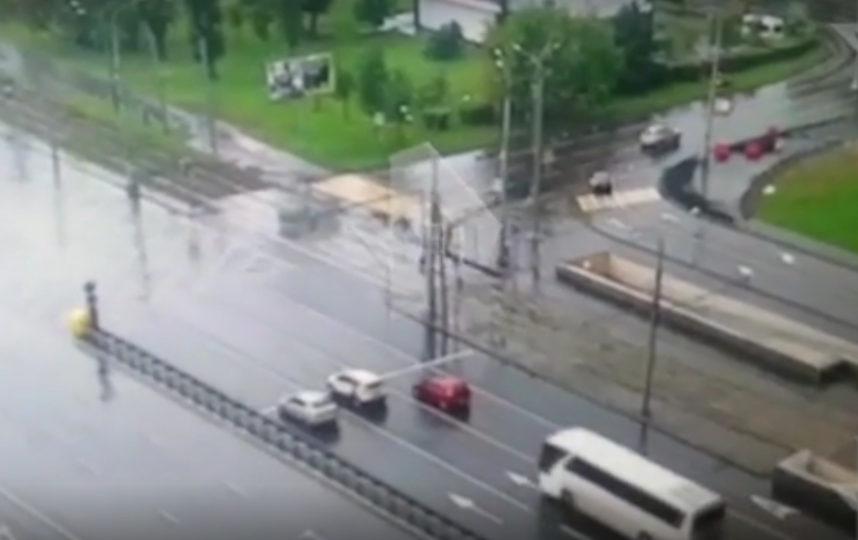 """В Москве автобус с туристами врезался в столб, 14 человек пострадали. Фото скриншот https://ren.tv/, """"Metro"""""""