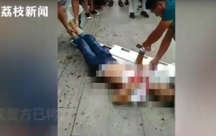 Парня, заколотого ножницами, спасти не удалось. Фото скриншот видео https://vk.com/ekdme