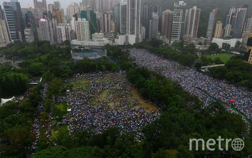 Десятки тысяч протестующих вышли на улицы Гонконга несмотря на дождь и запрет полиции. Фото AFP