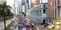 Десятки тысяч протестующих вышли на улицы Гонконга