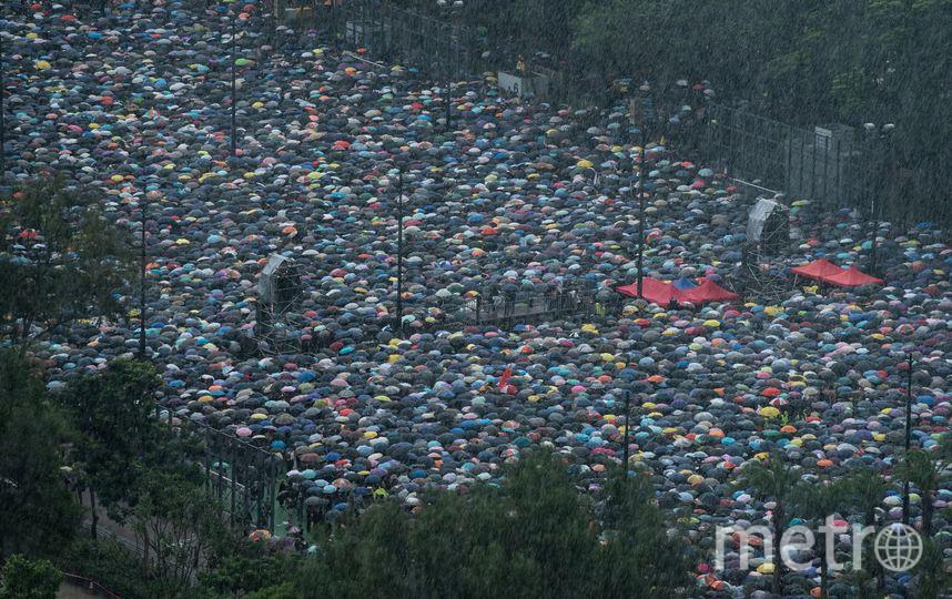 Протестующие вышли на марш, несмотря на дождь. Фото AFP
