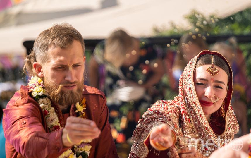 """В Петербурге на фестивале «Мистическая Индия» поженились две пары. Фото Алена Бобрович, """"Metro"""""""