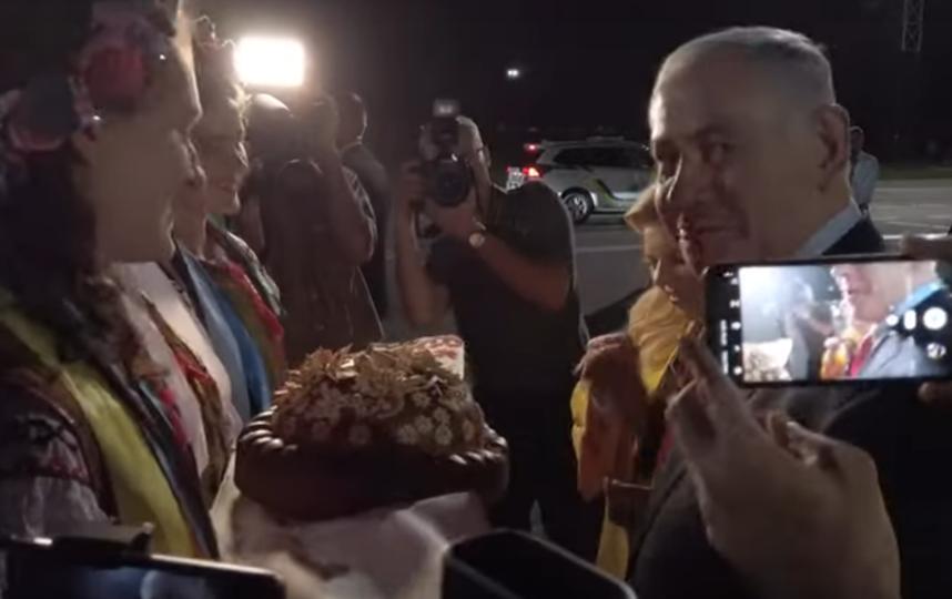 Жена Нетаньяху бросила на землю кусок приветственного каравая в аэропорту Киева. Фото скриншот youtube.com/watch?v=Z992hoR9s8k