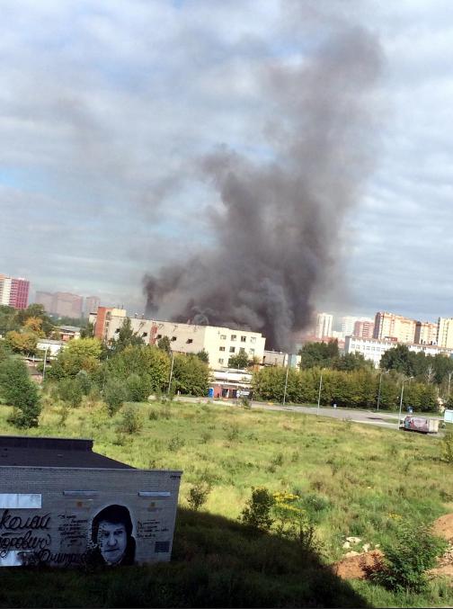 Пожар произошёл на территории химзавода в подмосковной Балашихе. Фото скриншот vk.com/ru_balashiha