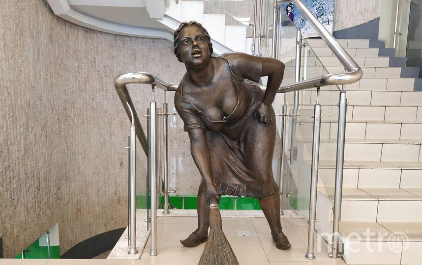 """Бронзовая фигура женщины с округлыми формами и веником в руке спряталась в бизнес-центре на проспекте Мира, но желающие к ней прикоснуться на удачу есть даже среди туристов. Фото Ольга Кабанова, """"Metro"""""""