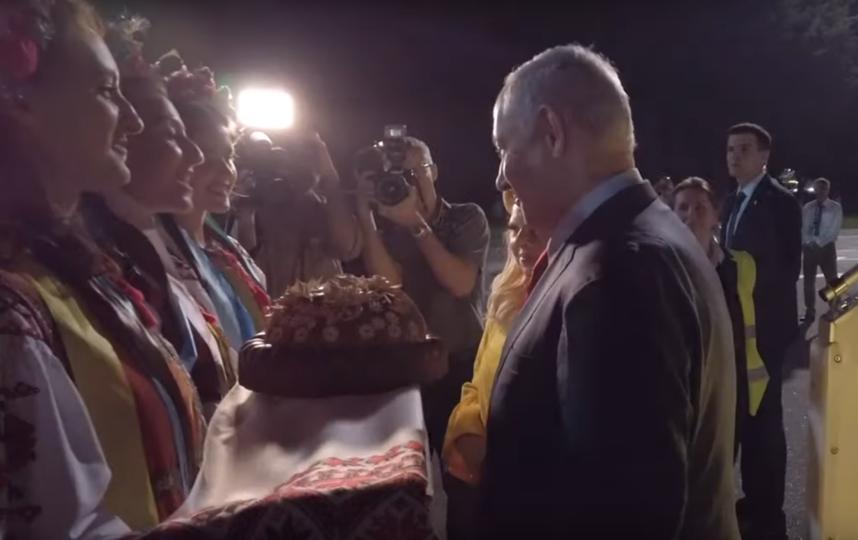 Биньямин Нетаньяху и Сара Нетаньяху в аэропорту Киева. Фото скриншот youtube.com/watch?v=Z992hoR9s8k