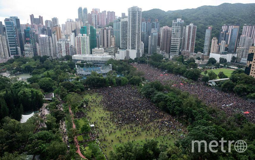 В минувшее воскресенье 18 августа в Гонконге прошёл мирный марш, собравший, по словам организаторов, около 1,7 млн человек. Фото AFP