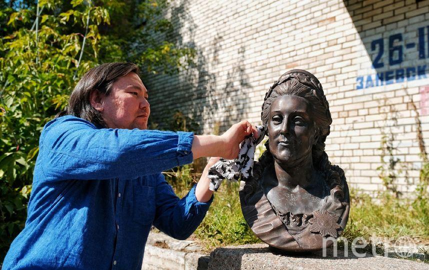 "Скульптор Матвей Макушкин работал над бюстом императрицы два месяца. Фото Алена Бобрович, ""Metro"""
