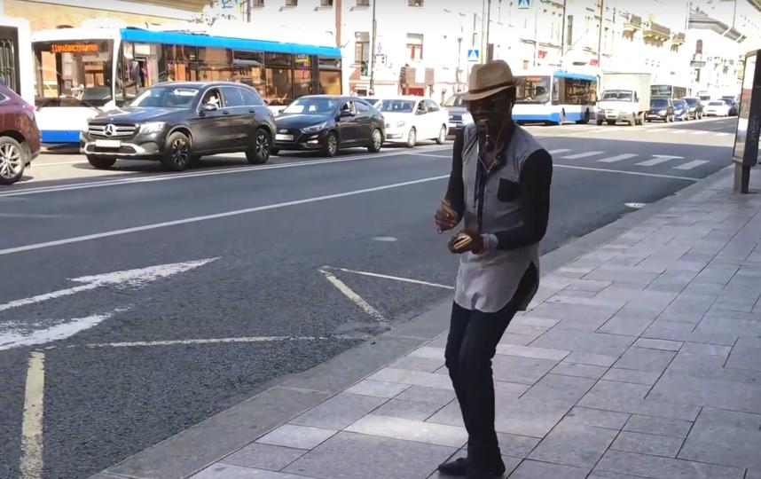"""Ритмы Африки"": В Петербурге появился танцующий промоутер. Фото Скриншот Youtube"