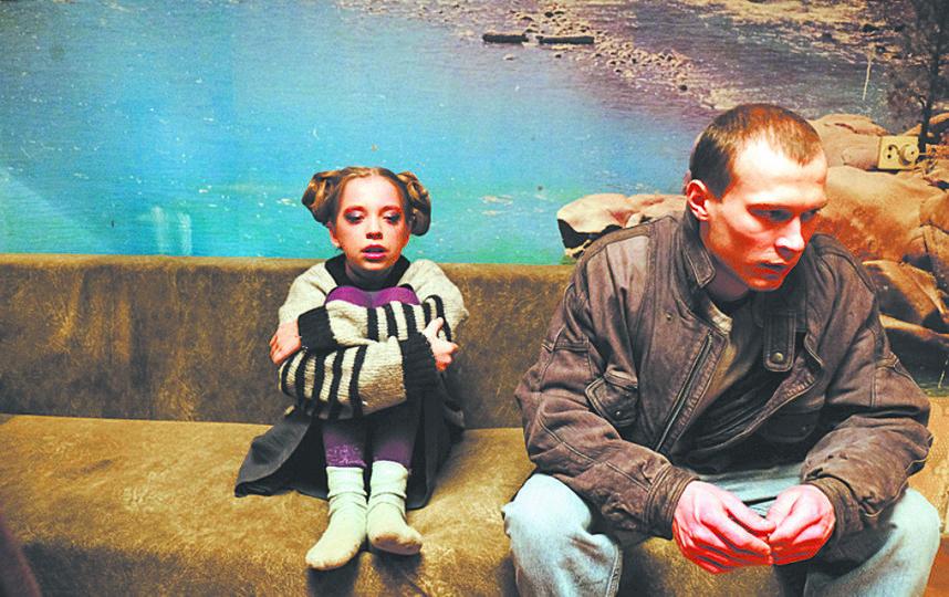 Главный герой Антон Быков (Юрий Борисов) с младшей сестрёнкой (Афина Кондрашова). Фото WDSSPR