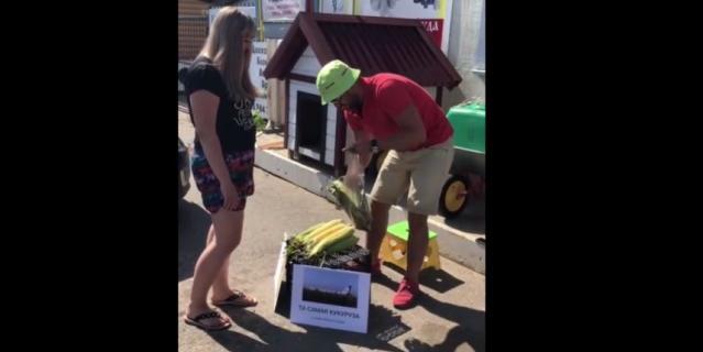 Илья Берников продаёт кукурузу.