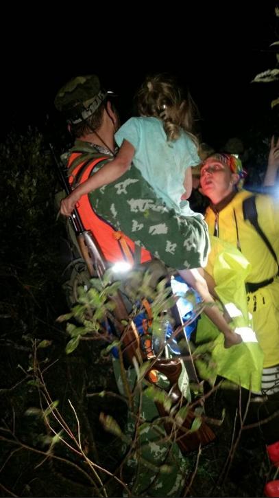 """Поздно вечером 21 августа девочку нашли в буреломе примерно в двух километрах от деревни. Фото Поисково-спасательная группа """"РЫСЬ""""."""