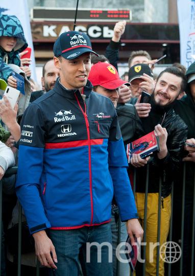 """Раздача автографов на Scuderia Toro Rosso Showru. Фото Анна Лутченкова, """"Metro"""""""
