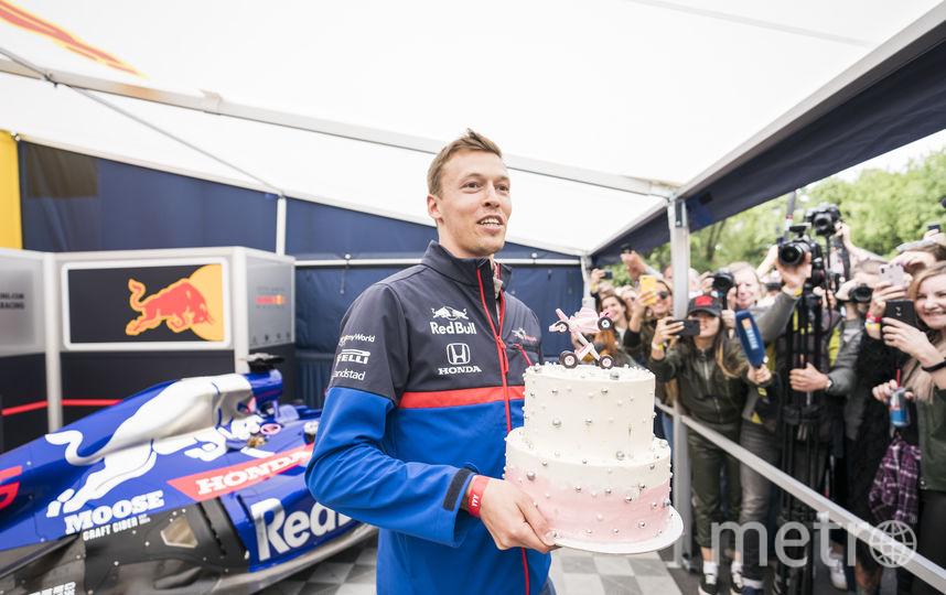 """Гонщику подарили торт в честь рождения дочери. Фото Denis Klero/Red Bull Content Pool, """"Metro"""""""