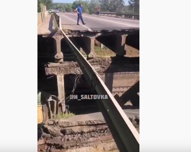В Харькове обвалился автомобильный мост. Фото Все - скриншот YouTube