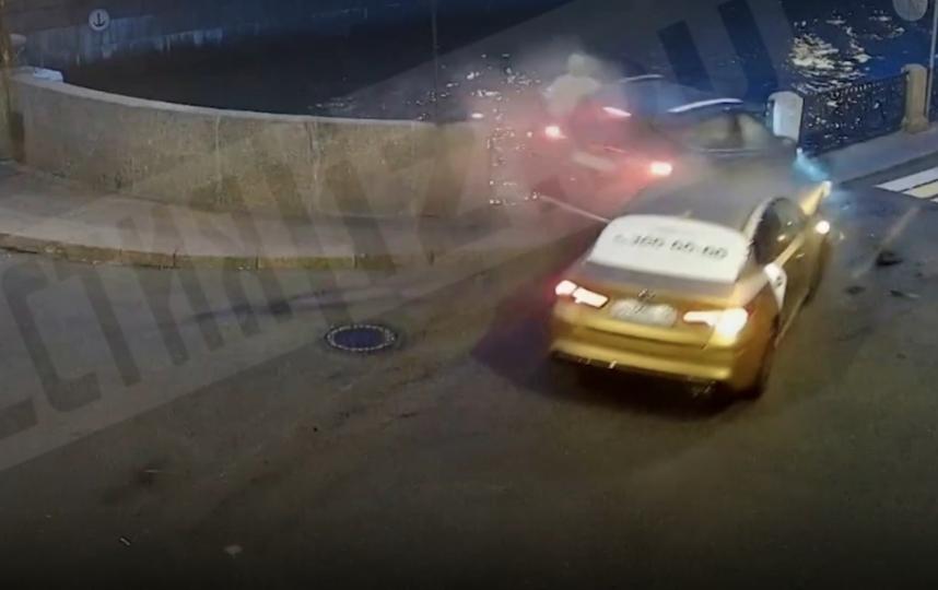 """Видео необычного ДТП, в результате которого пожилой мужчина упал в Мойку. Фото скриншот https://www.5-tv.ru/, """"Metro"""""""