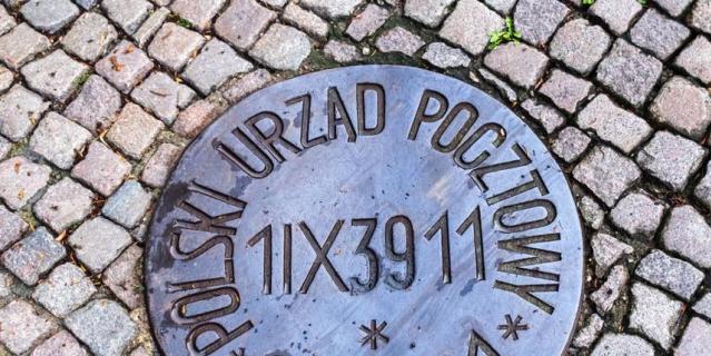 Памятный знак у Главпочтамта в Гданьске – напоминание о первом дне Второй мировой войны.
