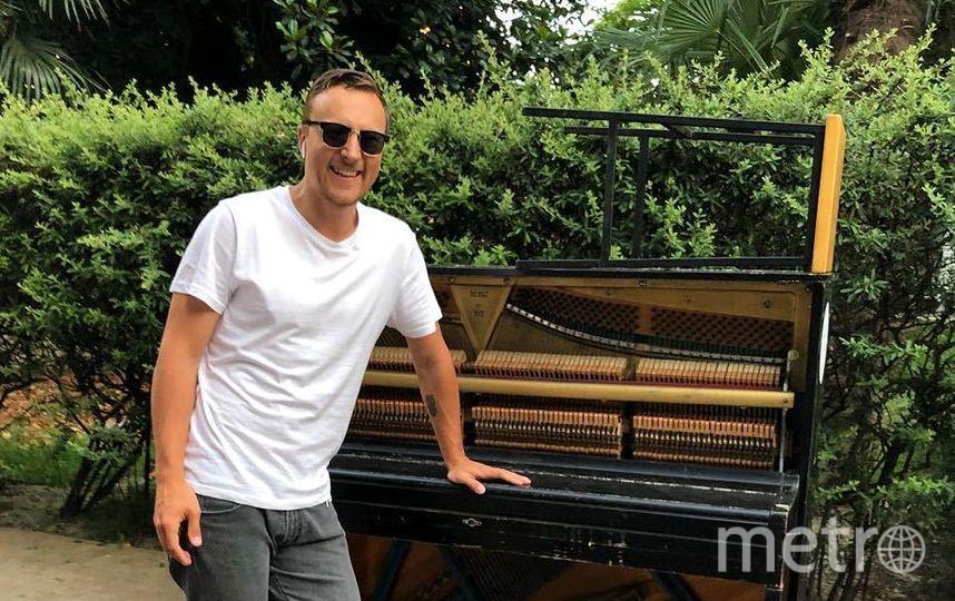"""Музыкант хранит пианино в одном из парадных и вытаскивает перед каждым концертом. Фото vk.com/vitaly.sumarokov, """"Metro"""""""