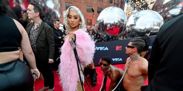 Video Music Awards-2019. Никита Драгун - американский YouTuber, визажист и модель.