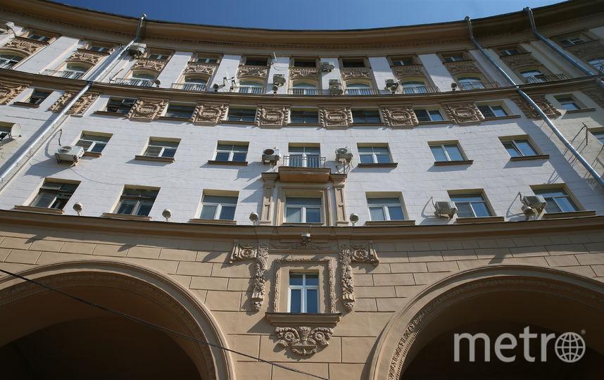 Массивное здание на площади Гагарина включает в себя сразу два дома – 37 (слева, до арки) и 37а  (справа). Фото Василий Кузьмичёнок