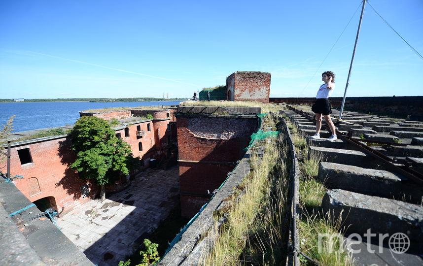 """Андре Буше побывал в кронштадтском форте и оценил его состояние: снимать телешоу можно и там, но нужна реконструкция. Фото Святослав Акимов, """"Metro"""""""