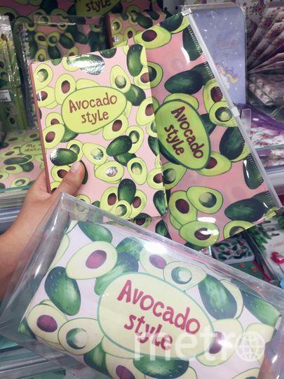 """Пенал, косметичка и блокнот с авокадо. Фото Алена Аракчеева, """"Metro"""""""