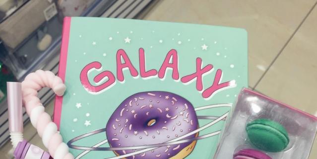 Блокнот с пончиком, ручки в виде леденца и трубочки, ластики в виде пирожных макарон.