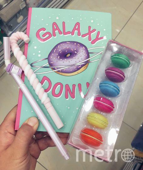 "Блокнот с пончиком, ручки в виде леденца и трубочки, ластики в виде пирожных макарон. Фото Алена Аракчеева, ""Metro"""