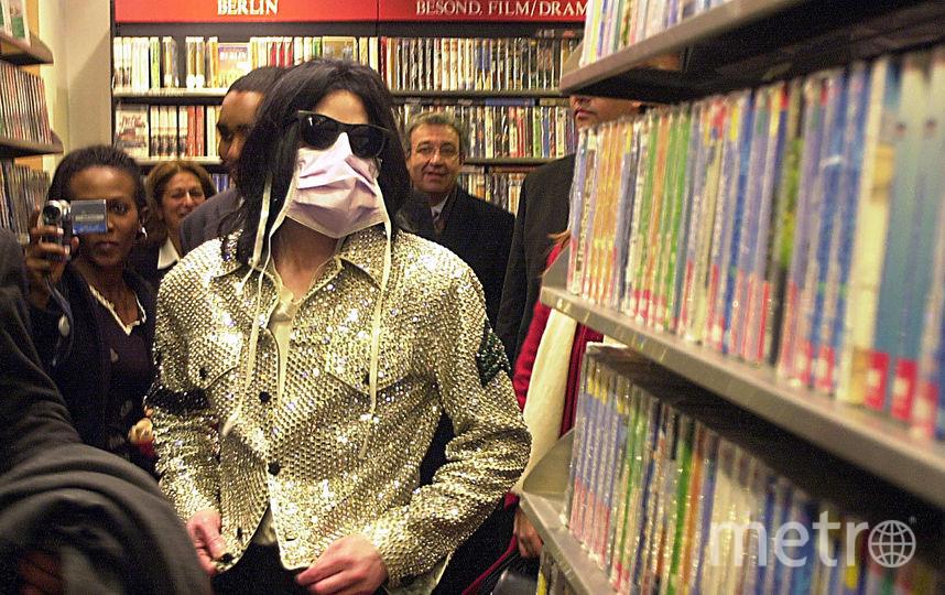 Певец Майкл Джексон ходит по магазинам в Dusmann Cultural 19-ого ноября 2002 в Берлине. Фото Getty