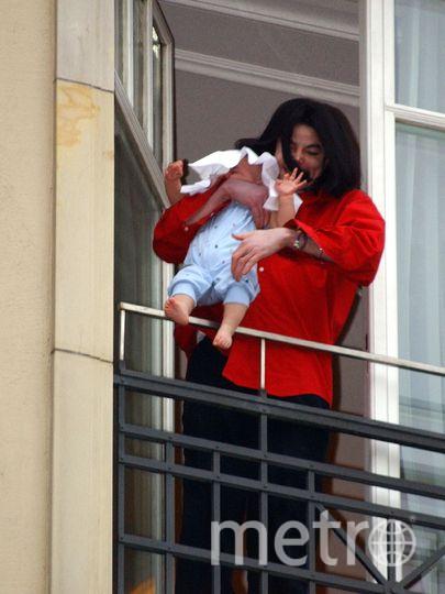 Певец Майкл Джексон держит своего сына восьмимесячного сына на балконе отеля Adlon 19 ноября 2002 года в Берлине, Германия. Фото Getty