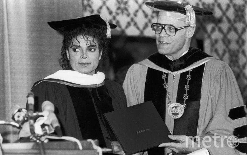 С педагогом Генри Пондером, президентом Университета Фиск, который вручил Джексону почетную докторскую степень на обеде, посвященном 44-й годовщине Объединенного негритянского фонда колледжа, в Шератон-центре, Нью-Йорк, Нью-Йорк, 10 марта 1988 года. Фото Getty
