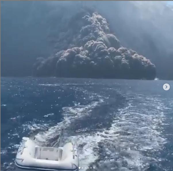 "Извержение вулкана Стромболи попало на видео. Фото https://www.instagram.com/elena_schiera21/, ""Metro"""