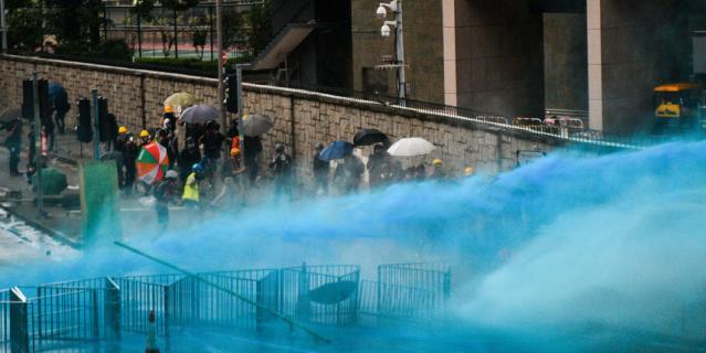 Впервые с начала протестов полицейские использовали синий краситель для маркировки протестующих.