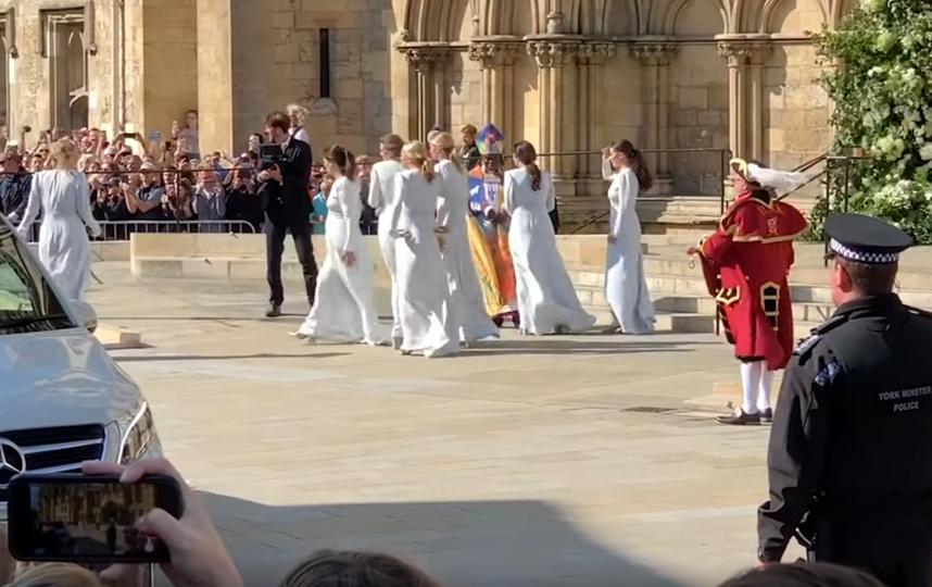 Подружки невесты также были в белых нарядах. Фото Скриншот  https://www.youtube.com/watch?v=imgnp-dPzZs, Скриншот Youtube