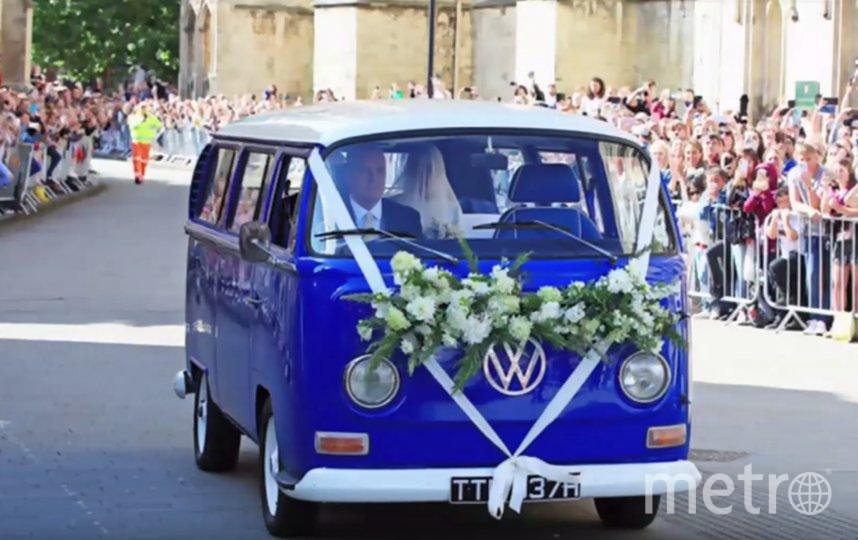 На место проведения церемонии молодожёны приехали в синем фургоне, украшенном цветами и белыми лентами. Фото Скриншот https://www.youtube.com/watch?v=P-ey-Pa1uv4, Скриншот Youtube