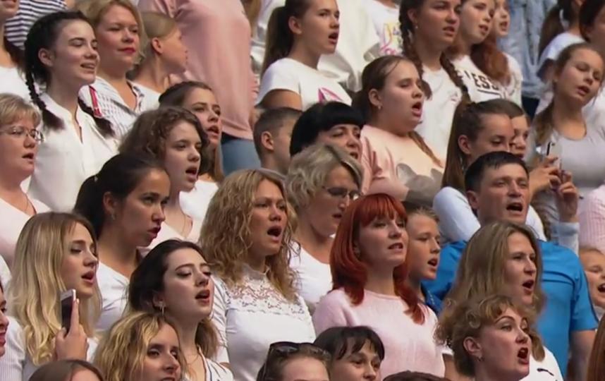 """На """"Газпром Арене"""" участники из 85 регионов России исполнили гимн страны. Фото скриншот  www.matchtv.ru, """"Metro"""""""