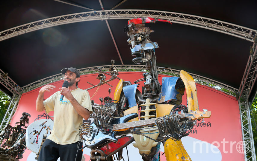 Коля Куглер и робот-басист Рудс, которого он называет лидером группы. Фото Василий Кузьмичёнок