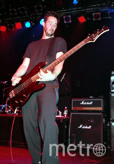Ривз играл на бас-гитаре в поп-рок группе Dogstar. Фото Getty