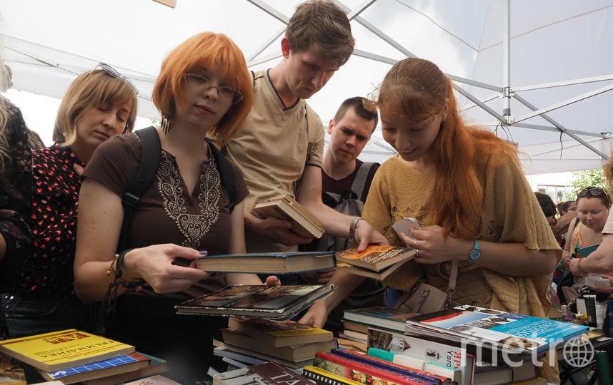 """Ценность выбранных участниками фестиваля вещей никак не зависела от того, что они принесли: раритетную вещь здесь можно было получить за сданную книгу. Фото Святослав Акимов, """"Metro"""""""